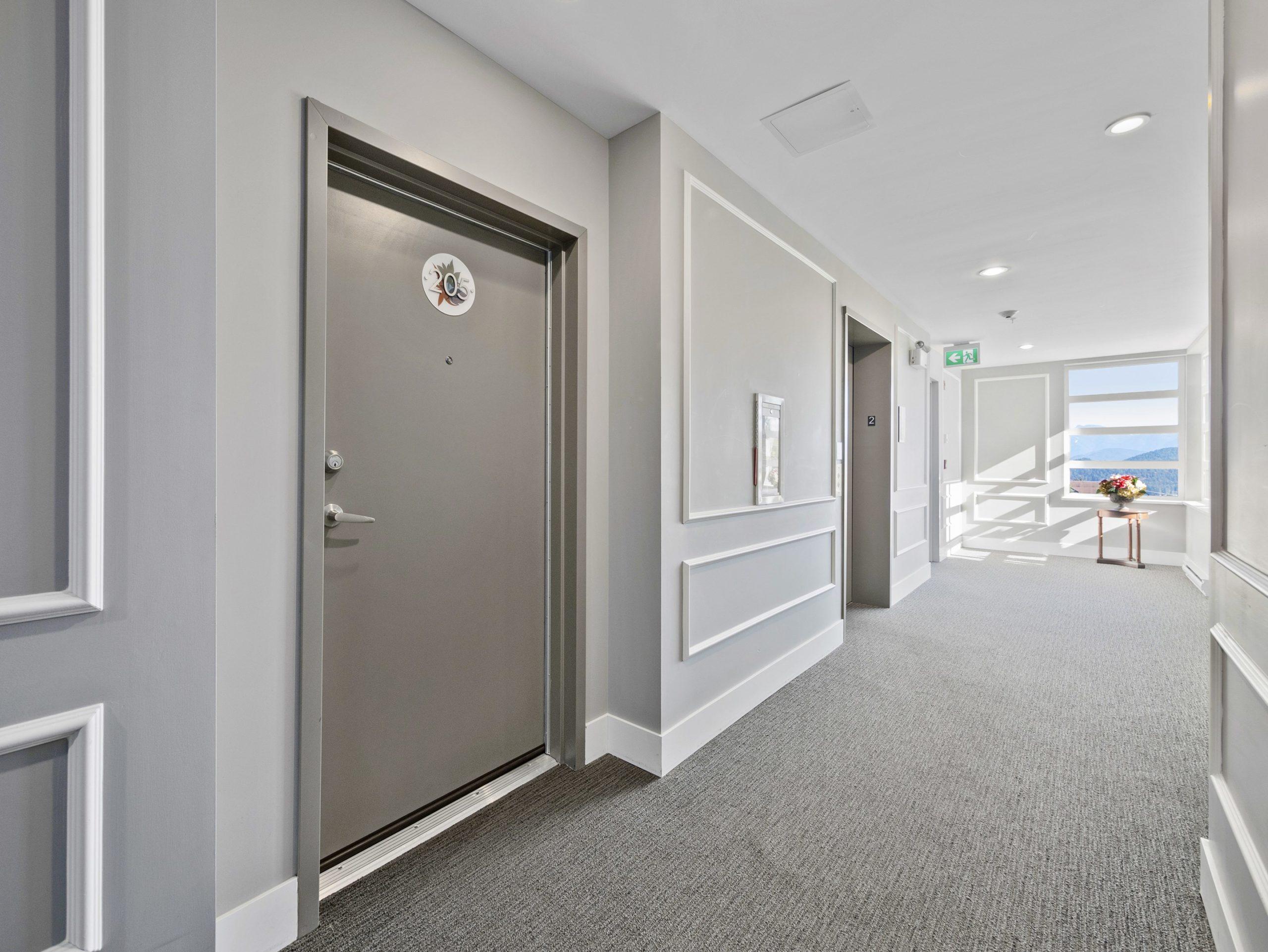 p82 door to suite from hallway_AK